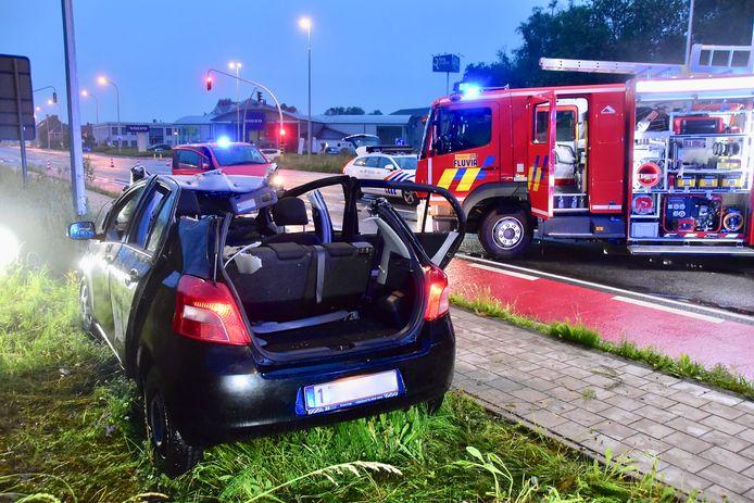 De brandweer moest het dak van de wagen verwijderen om de bestuurster zo voorzichtig mogelijk te evacueren, na het ongeval op het kruispunt van de R8 met de Brugsesteenweg in Kuurne.