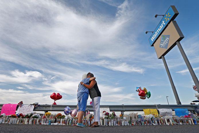 Sympathisanten leggen bloemen neer aan de supermarkt waar de schietpartij plaatsvond.