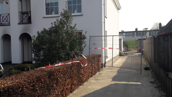 De politie heeft een gang bij het appartementencomplex aan de Veldstraat afgezet om onderzoek te doen naar de oorzaak van de brand.