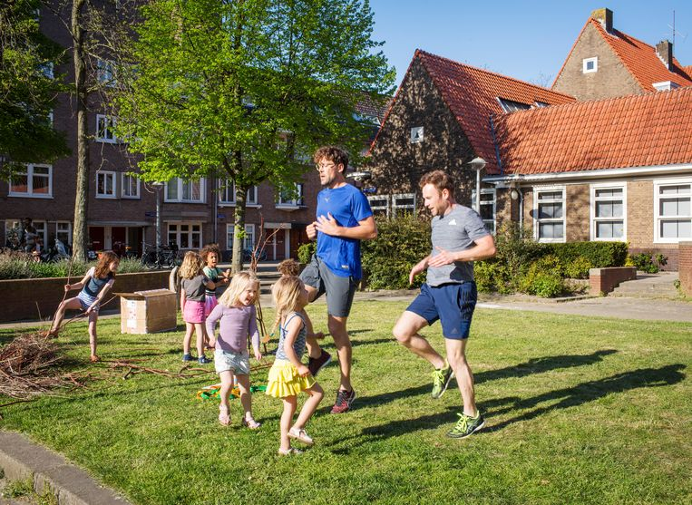 Om fit te blijven trainen Jens Padmos (links) en zijn partner Ruud Maalderink sinds kort op het plein waar ze wonen.  Beeld Jorgen Caris