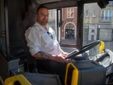 """De Lijn blijft onverminderd rijden door verlaten stadscentrum van Gent: """"Amper tien passagiers maar ze zijn wel vriendelijk"""", zegt chauffeur Jan."""