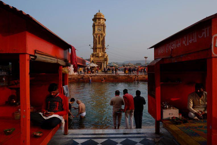 Hindoes in Haridwar baden in de Ganges.  Beeld AP