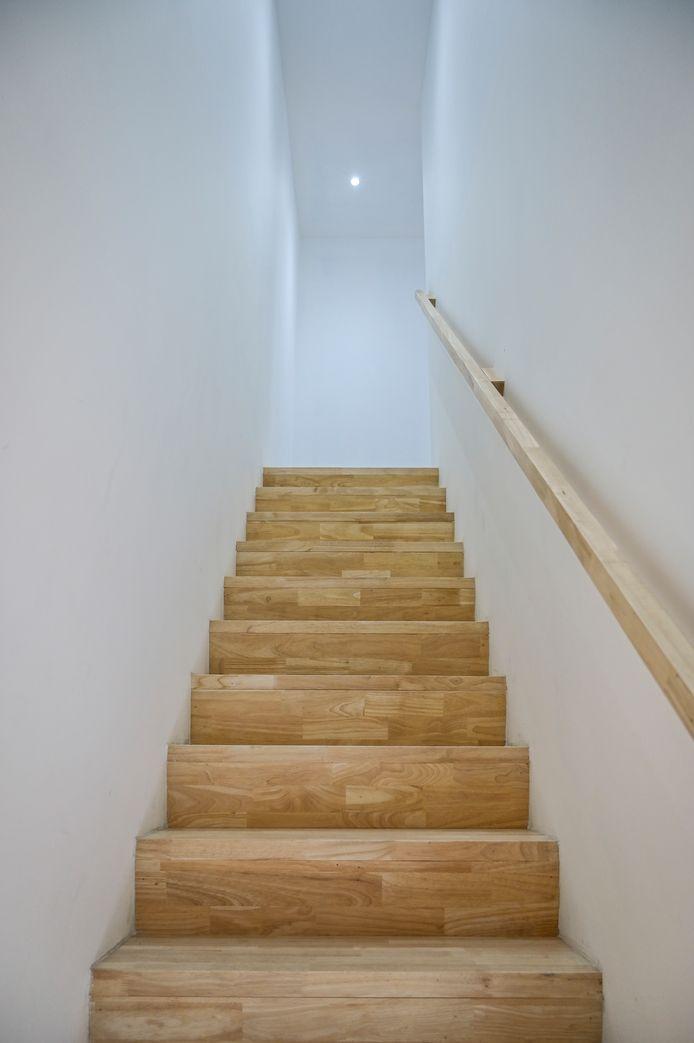 De woning bestaat uit witte muren en veel houten details.