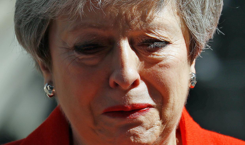 Theresa May kreeg eht vrijdag te kwaad toen ze over haar land sprak dat ze 'met eer' had gediend. Beeld AFP