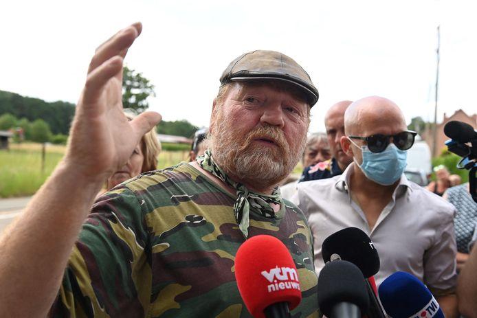 Le chasseur Leonard Houben témoignant auprès des médias, dimanche