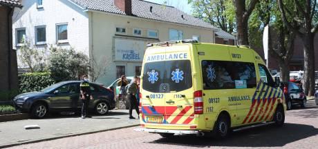 Auto rijdt voortuin in, bestuurder naar ziekenhuis