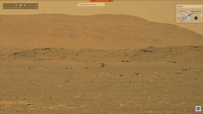 Mars-helikopter Ingenuity (m) boven het Mars-oppervlak.