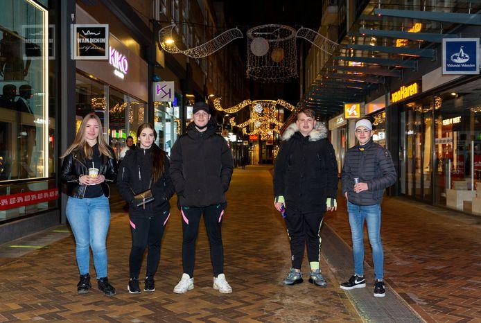 Een groepje jongeren, met rechts Mike (15), baalt van de mogelijke avondklok. Zij chillen graag, nu het nog kan, in het Stadshart.