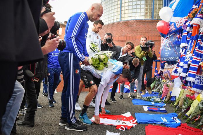 Een delegatie van Feyenoord, met onder anderen coach Jaap Stam en Berghuis, staat in Glasgow stil bij het overlijden van Fernando Ricksen.