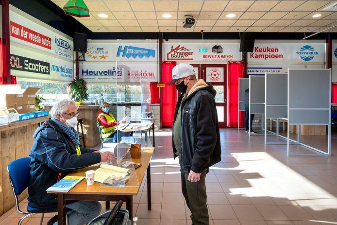 Stemlokaal in het clubgebouw van voetbalclub MASV was maandag open.