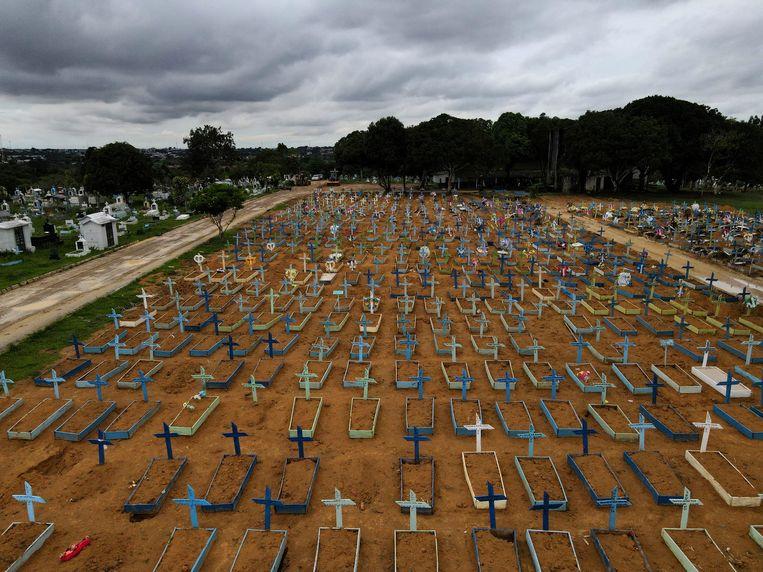Een begraafplaats in Manaus met talloze nieuwe graven als gevolg van de de ongebreideld voortwoekerende covidepidemie in Brazilië. Beeld REUTERS