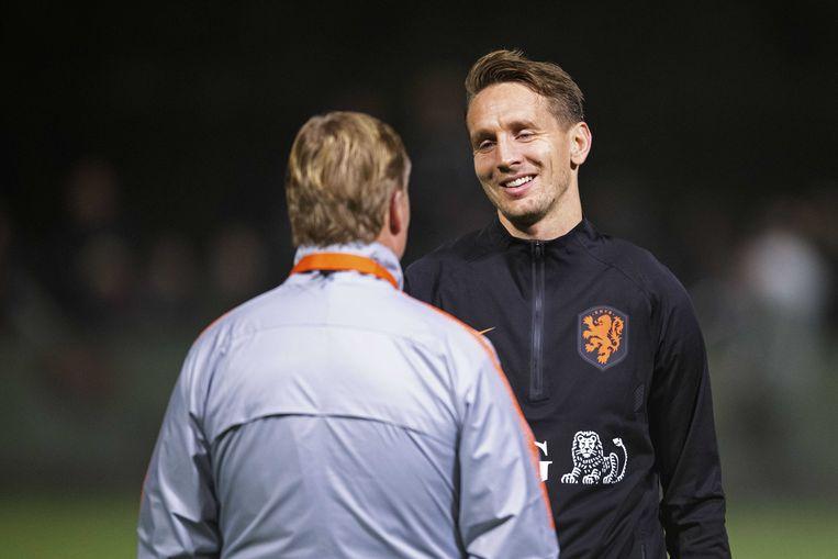 Luuk de Jong en coach Ronald Koeman. Het Nederlands elftal Oranje maakt zich op voor de Nations League-wedstrijden tegen Frankrijk en Duitsland.  Beeld ANP