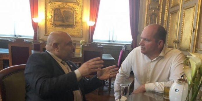 """Brussels burgemeester Philippe Close (PS) ontving de 'prins' op 8 mei op zijn kabinet. Hij zou een protocol willen tekenen """"om de daklozen te helpen"""". Close weigert commentaar te geven."""