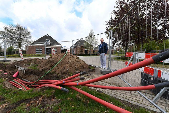Gerrit van Antwerpen ziet de komst van het zwaardere kabelnetwerk voor zijn deur niet zitten.