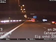 Politie deelt spectaculaire beelden: auto-inbreker met 229 km/u op de vlucht over A28