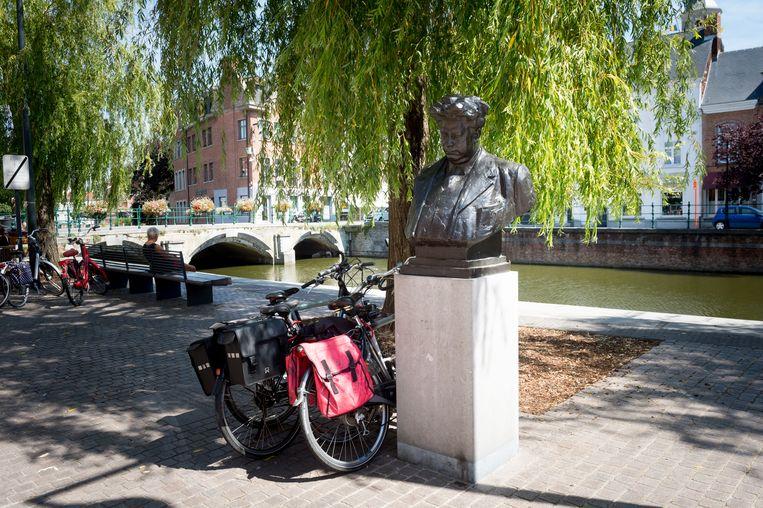 Fotoreeks rond het borstbeeld van Felix Timmermans in Lier. Felix en de fietsen (2015).