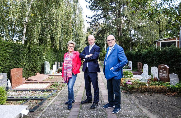 Jacqueline, Richard en vader Johan Degenkamp, beheerders van de begraafplaats. Beeld Eva Plevier