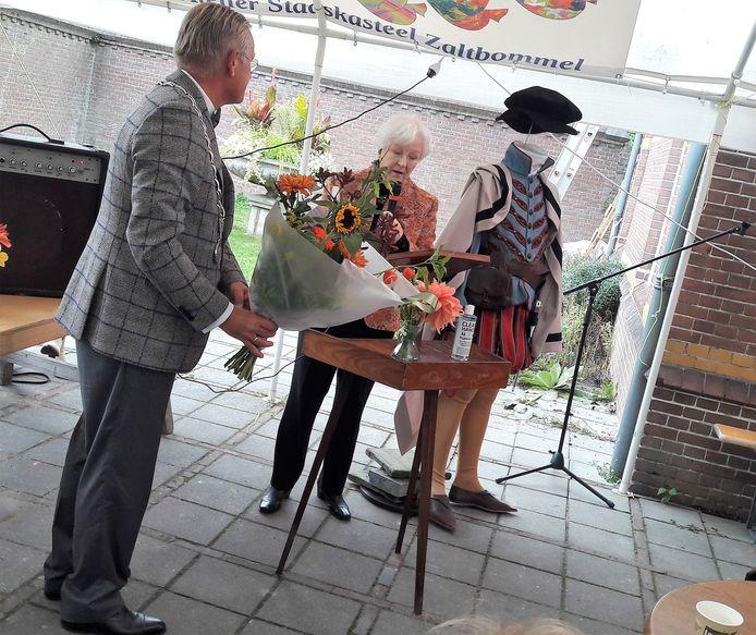 Marjan Witteveen overhandigt het eerste exemplaar van het boek over Maarten van Rossem aan de Zaltbommelse burgemeester Pieter van Maaren.