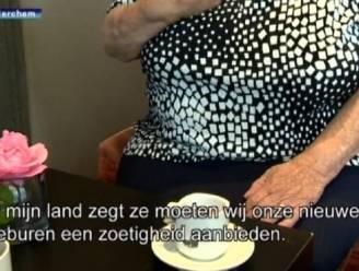 Meisjes helpen bejaarde vrouw met haar boodschappen, maar stelen intussen haar bankkaart