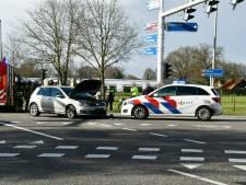 Gewonde bij aanrijding op kruising in Enschede: flinke vertraging op de weg