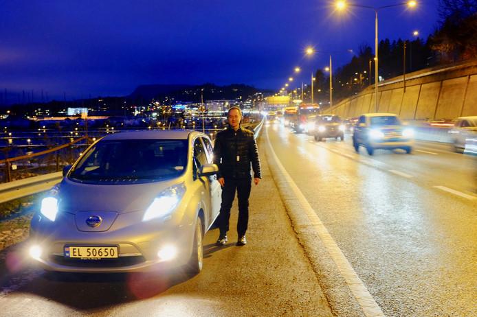 Carl Anton Stenling naast zijn elektrische auto, waarmee hij in Oslo over de vrije busbaan mag rijden.