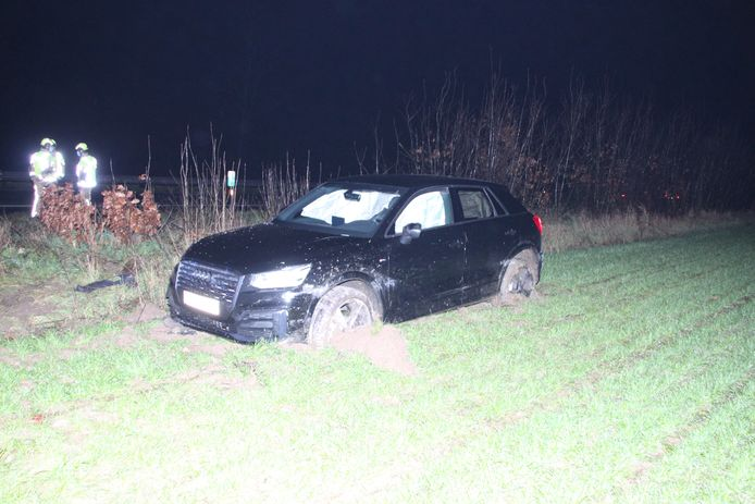 De Audi kwam in een zompige akker langs de E403 tot stilstand.