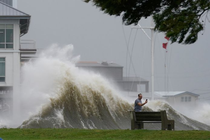 Een man neemt een foto aan de oever van Lake Pontchartrain ten noorden van New Orleans.