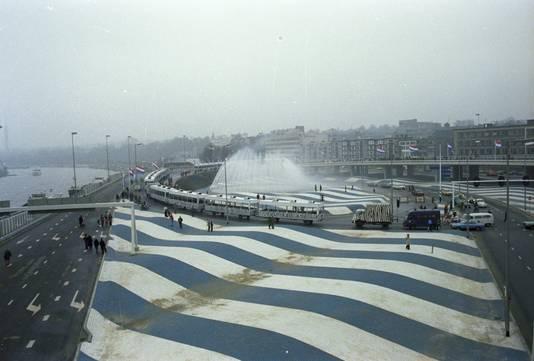 De Blauwe Golven in 1977, het jaar van de opening van de Roermondspleinbrug. Foto uit het Gelders Archief.