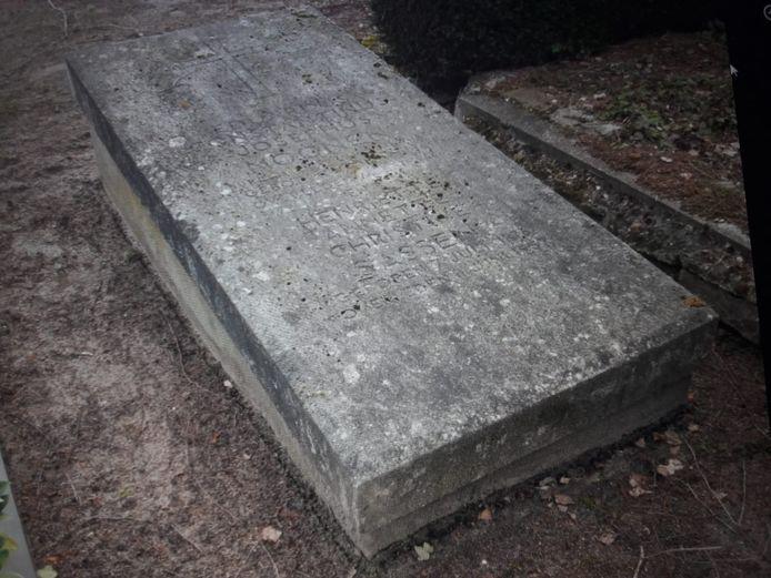 Het graf van burgemeester Moonen lag er tot voor kort wat troosteloos bij, maar heeft inmiddels de broodnodige opknapbeurt gehad.