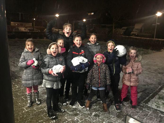 Eindelijk sneeuwt het. De foto is gemaakt in Huissen. Op de foto staan vlnr Julie, Mara, Maud, Lucas, Jesper, Noor, Vera, Thomas en Sophie.