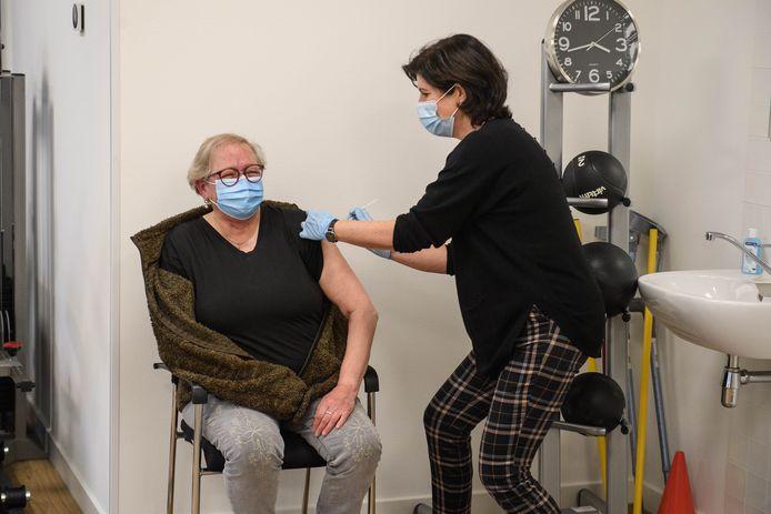 Doktersassistente Monique Wiggers geeft Astrid Haan het vaccin in huisartsenpraktijk Contrast in Hengelo.