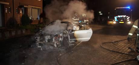 Auto in vuur en vlam in woonwijk Nieuwkuijk