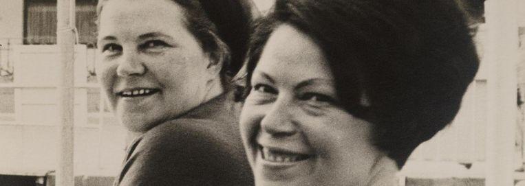 Corrie (links) en Diny Voskuijl, circa 1963. Beeld Familiealbum Voskuijl