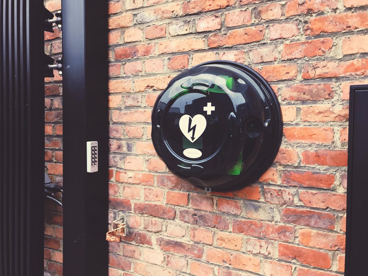 Een AED-toestel staat ter beschikking van de buurt.