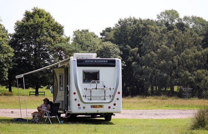 Nooit eerder was de vraag naar campers en kampeerbusjes zó groot. Waarom? Het verlangen naar vrijheid, zegt de een. En zo'n mobiel vakantiebed geeft veiligheid in deze coronatijd, zegt de ander.