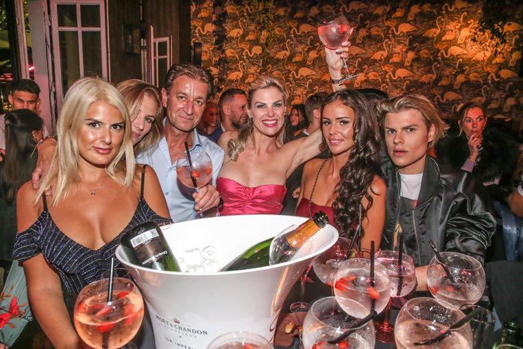 Tanja Dexters (midden) opent haar cocktailbar Flamingo , in oktober 2018. Amper een jaar later ging de zaak failliet. Beeld