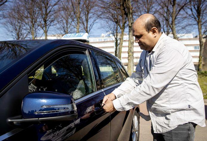 Taxichauffeurs zijn erg geschrokken van het overlijden van een van hun collega's onlangs. Velen blijven thuis omdat ze bang zijn om besmet te raken. Degenen die nog wel rijden hebben voorzorgsmaatregelen genomen.