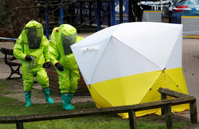 Een tent van de forensische opsporing staat over het bankje waar Sergei Skripal en zijn dochter Yulia zijn gevonden, in het centrum van Salisbury in het Verenigd Koninkrijk, 8 maart 2018. De aangehouden Russische spionnen waren op weg naar het lab dat de aanslag op Skripal onderzocht.
