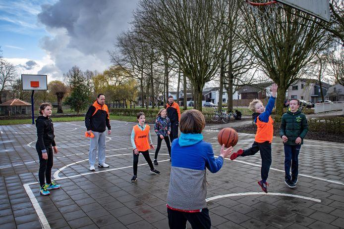 De jeugd van basketbalvereniging Challenge traint buiten in het Hosterdpark in Beuningen