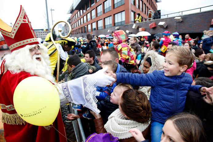 Sinterklaas doet dit jaar Terneuzen voor het eerst aan met zwarte pieten én roetveegpieten. De intocht is volgende week zaterdag.