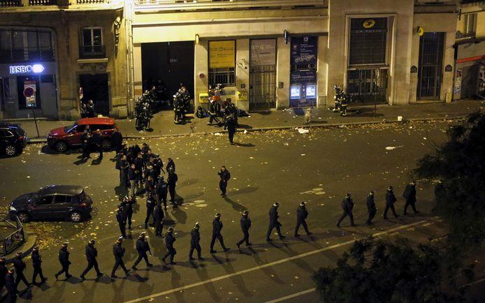 Des policiers français avec des boucliers de protection marchent en ligne près de la salle de concert du Bataclan après des fusillades mortelles à Paris, France, 13 novembre 2015.