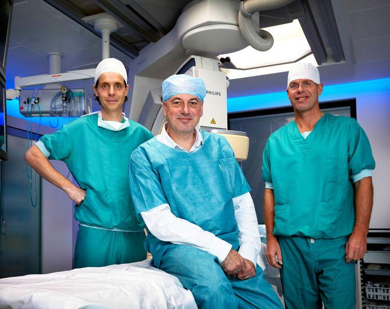 Twee cardiologen en een hartpatient in het Nederlandse Catherinaziekenhuis. Beeld RV