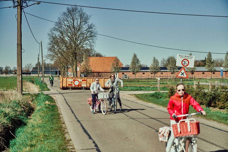 Een container blokkeert de grensovergang met Nederland in Hoogstraten. Beeld Thomas Sweertvaegher