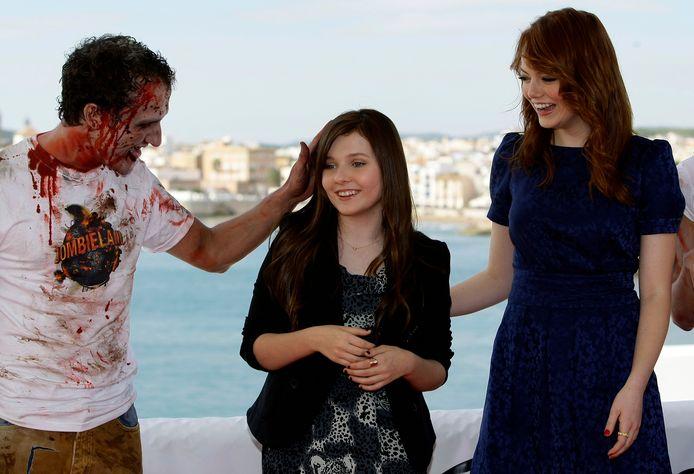 Abigail Breslin en Emma Stone zijn te zien in de film Zombieland.