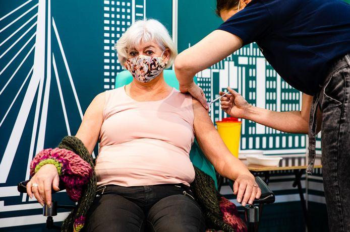 Debora van Iperen kreeg als allereerste verpleeghuismedewerker uit de Rotterdamse regio het coronavaccin in de prikstraat bij Rotterdam The Hague Airport.