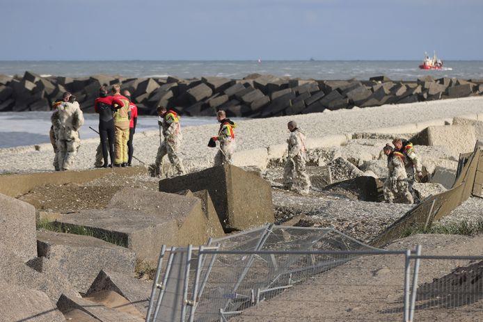Een schuimlaag op de zee bij de zoekactie naar vermiste watersporters in Scheveningen.