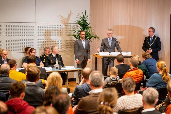 Zo'n honderd Alblasserdammers kwamen af op een informatieavond over het incident van zaterdag. Onder andere directeur Carlo Post van Veiligheidsregio Zuid-Holland Zuid gaf uitleg.