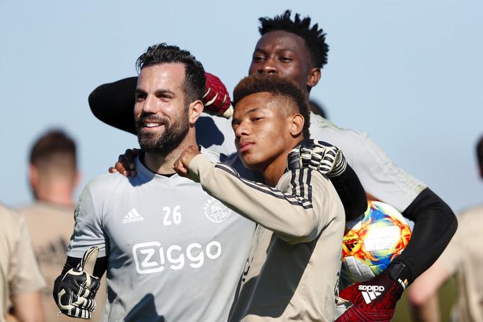 David Neres op het trainingskamp van Ajax in Florida met keepers Kostas Lamprou en André Onana.