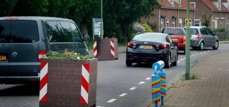 Beruchte plantenbakken in Kerkstraat in Hank blijven, maar worden wel anders geplaatst