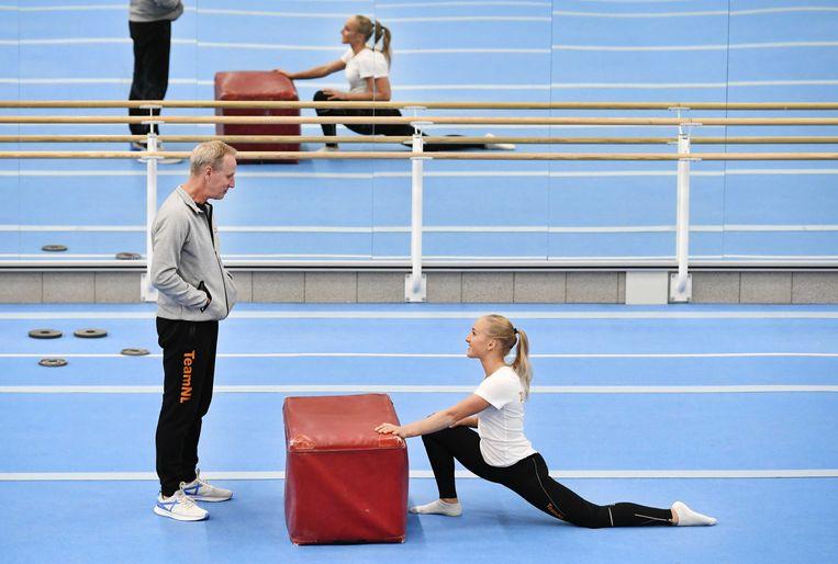 Sanne Wevers met haar vader Vincent, die tevens haar trainer is. Beeld ANP